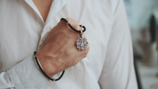 Comment porter des bijoux quand on est un homme ?
