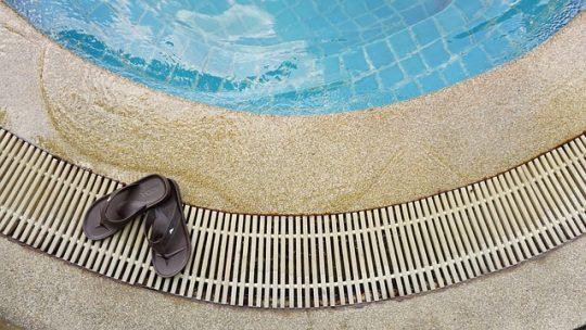La claquette de piscine dans le grand bain de la mode