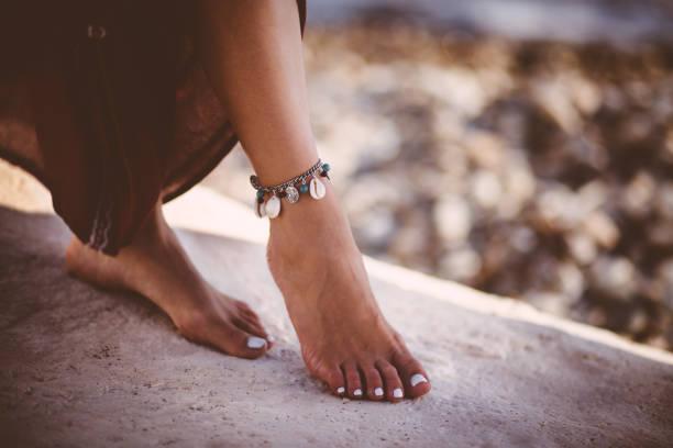 Comment mettre un bracelet à la cheville ?